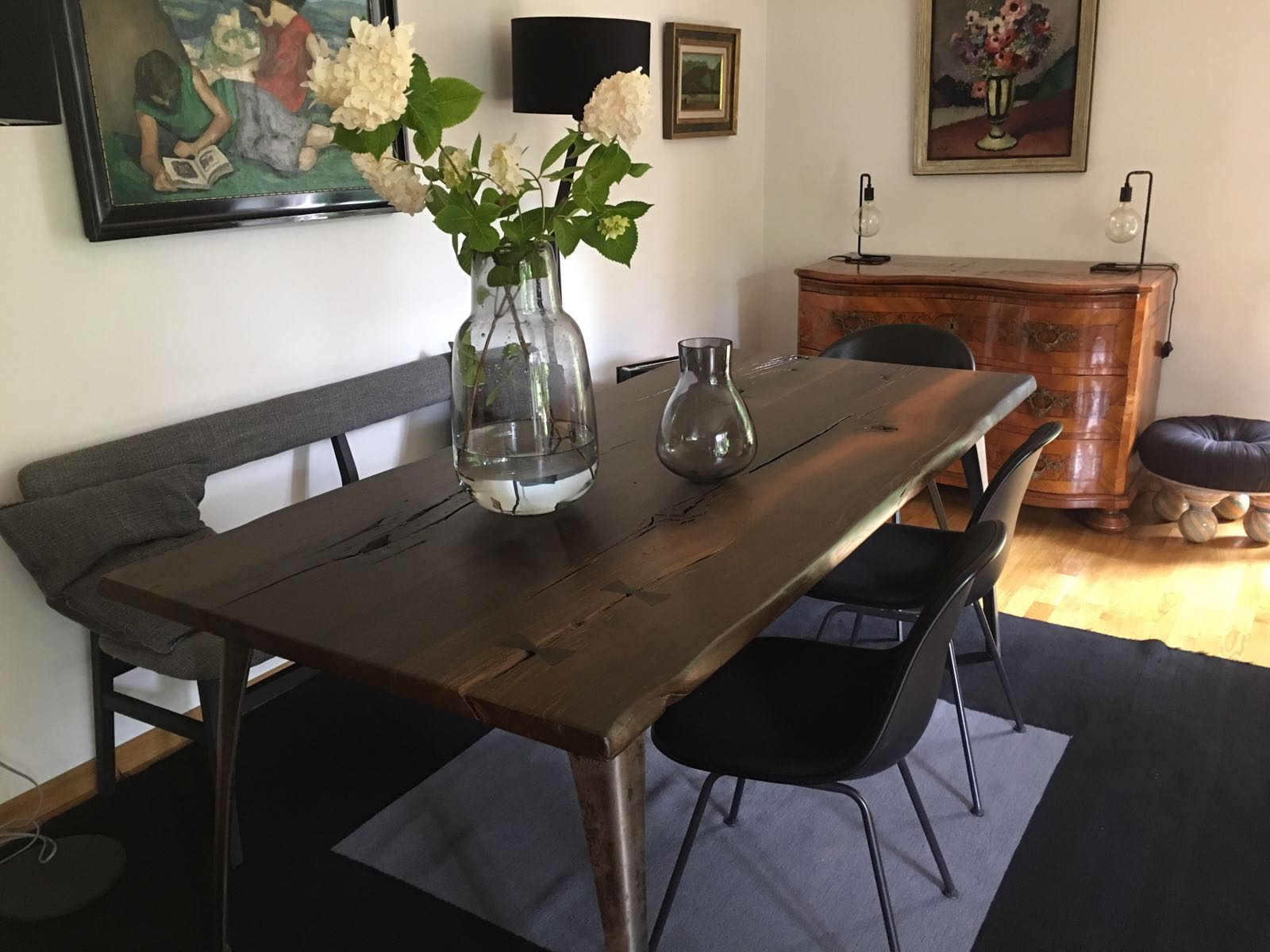Dunkler Esszimmertisch mit Stühlen